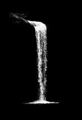 wodospad na białym tle na czarnym tle - 195099149