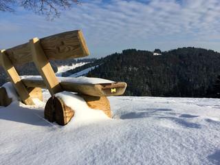 Holzbank im Schnee