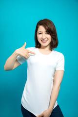 Tシャツを見せる女性