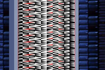 Piękny dywan, geometryczne wzory, białe, czarne i czerwone w sklepie.