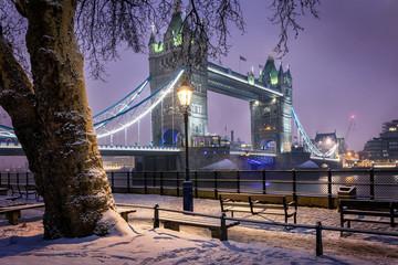 London im Winter: die verschneite Tower Bridge am Abend