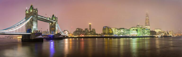 Fotomurales - Die Skyline von London an einem nebeligen Abend im Winter: von der Tower Bridge zur London Bridge