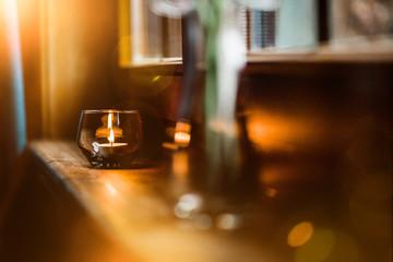 Kerze in Waldhütte