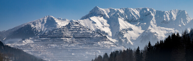 Panorama shot of the Erzberg mine with Alps behind it Fototapete
