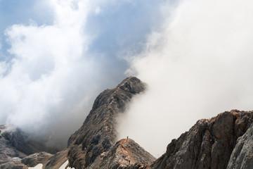 Gebirgsgrat in den Wolken
