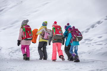 Schülerinnen im Schnee