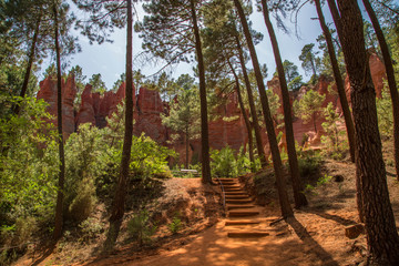 Ockerfelsen und Ockerlehrpfad in Roussillon Vaucluse, Südfrankreich