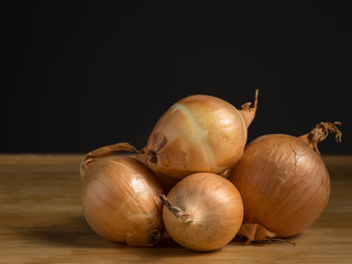 A pile of fresh onions lying on a table