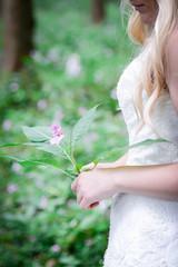 schöne Braut in Natur