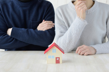 住宅に関して迷う夫婦・カップル