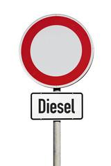 Verkehrsschild Fahrverbot für Dieselfahrzeuge isoliert auf weißem Hintergrund