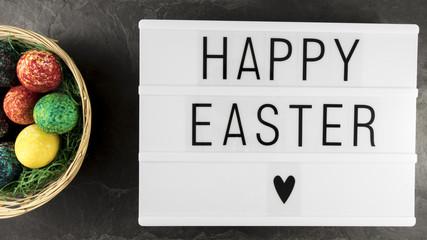 Happy Easter mit Osternest auf Schiefer