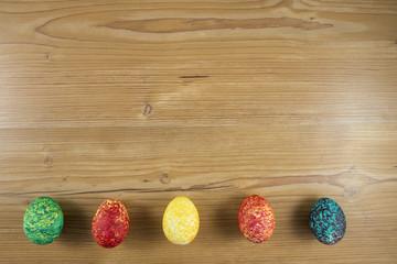 Ostereier in einer Reihe auf Holz