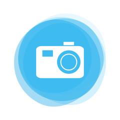 Weißer Fotoapparat auf hellblauem Button