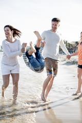 Familie beim Strandspaziergang im Urlaub