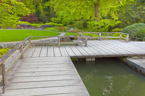 Japanischer Garten Mit Terrasse Und Teich Stockfotos Und