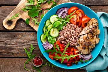 Grilled chicken breast. Fried chicken fillet and fresh vegetable salad of tomatoes, cucumbers, pepper, lettuce and arugula leaves. Chicken meat with salad. Healthy food
