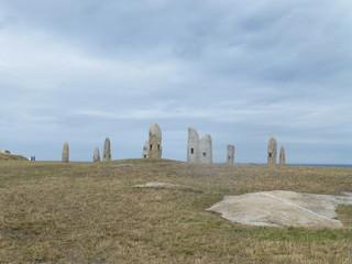 Menhires y dolmenes en Parque Escultórico de la Torre de Hércules de La Coruña, ciudad portuaria situada en un promontorio en la región de Galicia (España)
