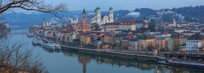 Blaue Stunde in Passau mit Flusskreuzfahrtschiffen in der Winterpause