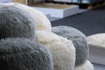 Piękne włochate poduszki, pufy w sklepie.