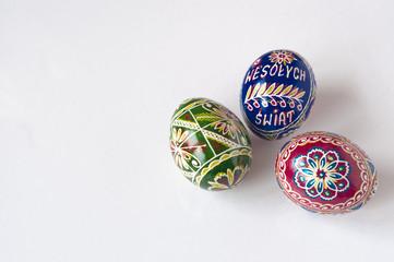 Kolorowe jajka na białym tle