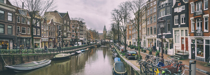 Stores à enrouleur Amsterdam Cityscape, panorama - view of city channel with boats, city of Amsterdam, The Netherlands.
