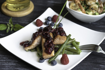 salad with tuna and green beans with berry sauce