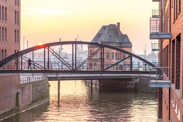 Romantischer Sonnenuntergang am Hafen in Hamburg
