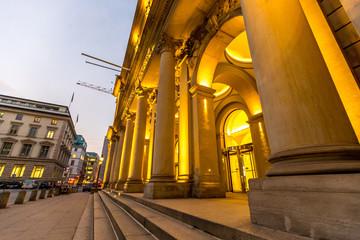 Beleuchtetes historisches Gebäude in Hamburg