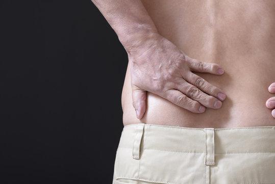 腰痛に苦しむシニア