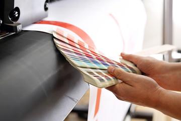Fototapeta Drukarz sprawdza kolor wydruku na próbniku kolorów. obraz