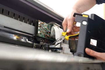 Fototapeta Serwis maszyn. Czyszczenie i konserwacja drukarki wielkoformatowej. obraz
