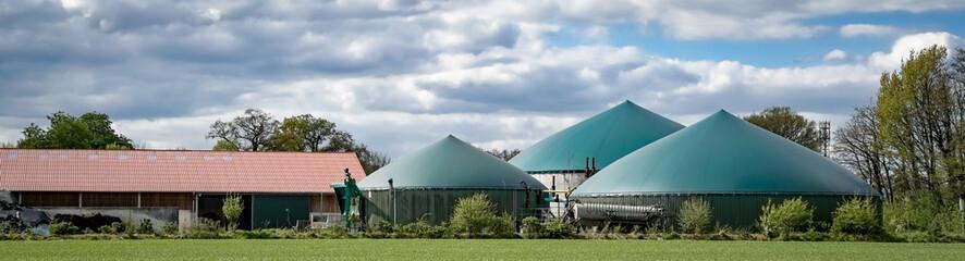 Biogasanlage mit Stall im Hintergrund, Banner