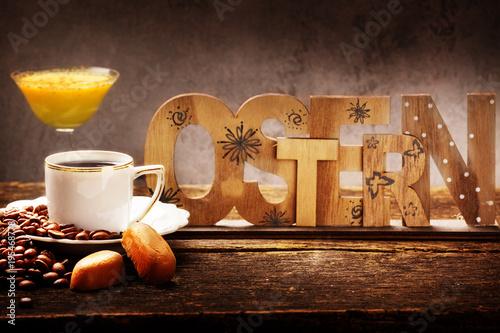 Kaffee Und Eierlikor Dekoration Zu Ostern Auf Holz Stockfotos Und
