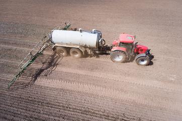 Landwirt bei der Gülledüngung, Luftbild