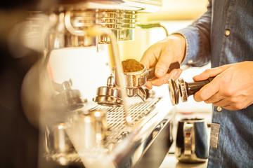 Barista bei der Kaffe Zubereitung