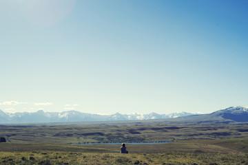 Senderista disfrutando de las vistas de las montañas en Nueva Zelanda.