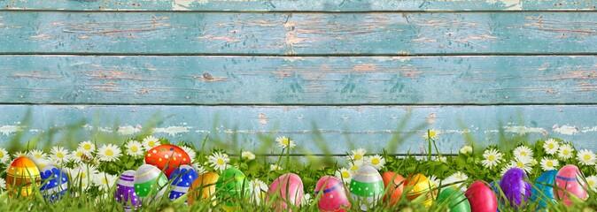 Ostern - Wiese mit Ostereiern und Holzhintergrund