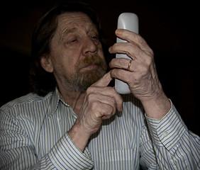 Uomo anziano, tecnologia superata, obsoleta.