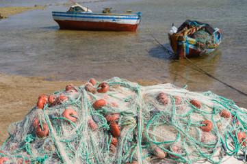 Fischernetze im Hafen auf Djerba