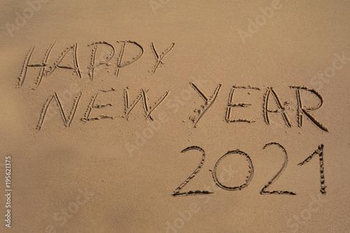 """""""Das Wort Happy New Year 2021 in den Sand geschrieben ..."""