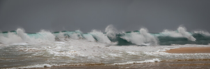 Wellen brechen sich an der Küste, Panoramafoto, XXL