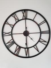 horloge moderne ,style rétro sur le mur