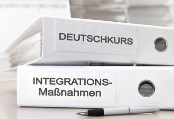 Integrationsmaßnahmen und Herausforderungen der Zuwanderung - Aktenordner