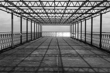металлическая конструкция на берегу моря