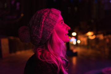 Pink light shining on a young woman Fotomurales