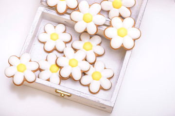 Gingerbread cookies in the shape of chamomile flowers
