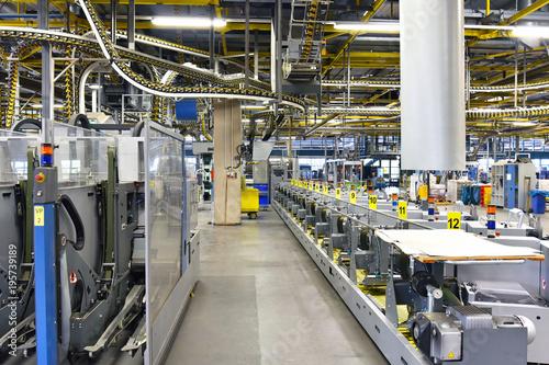 Interieur mit modernen Maschinen in einer Großdruckerei - High Tech ...