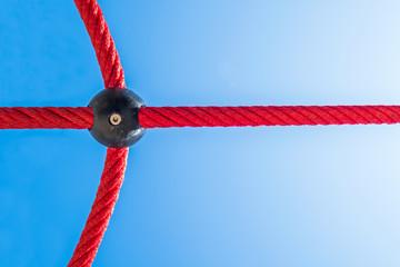 verbundene rote Seile Sicherheit © Matthias Buehner