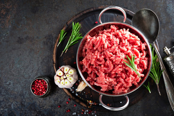 Papiers peints Viande Cooking mince. Raw ground veal meat with ingredients for cooking on black kitchen table. Fresh minced meat, top view